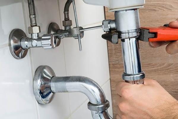 Comment réparer une fuite d'eau due à une canalisation percée ?